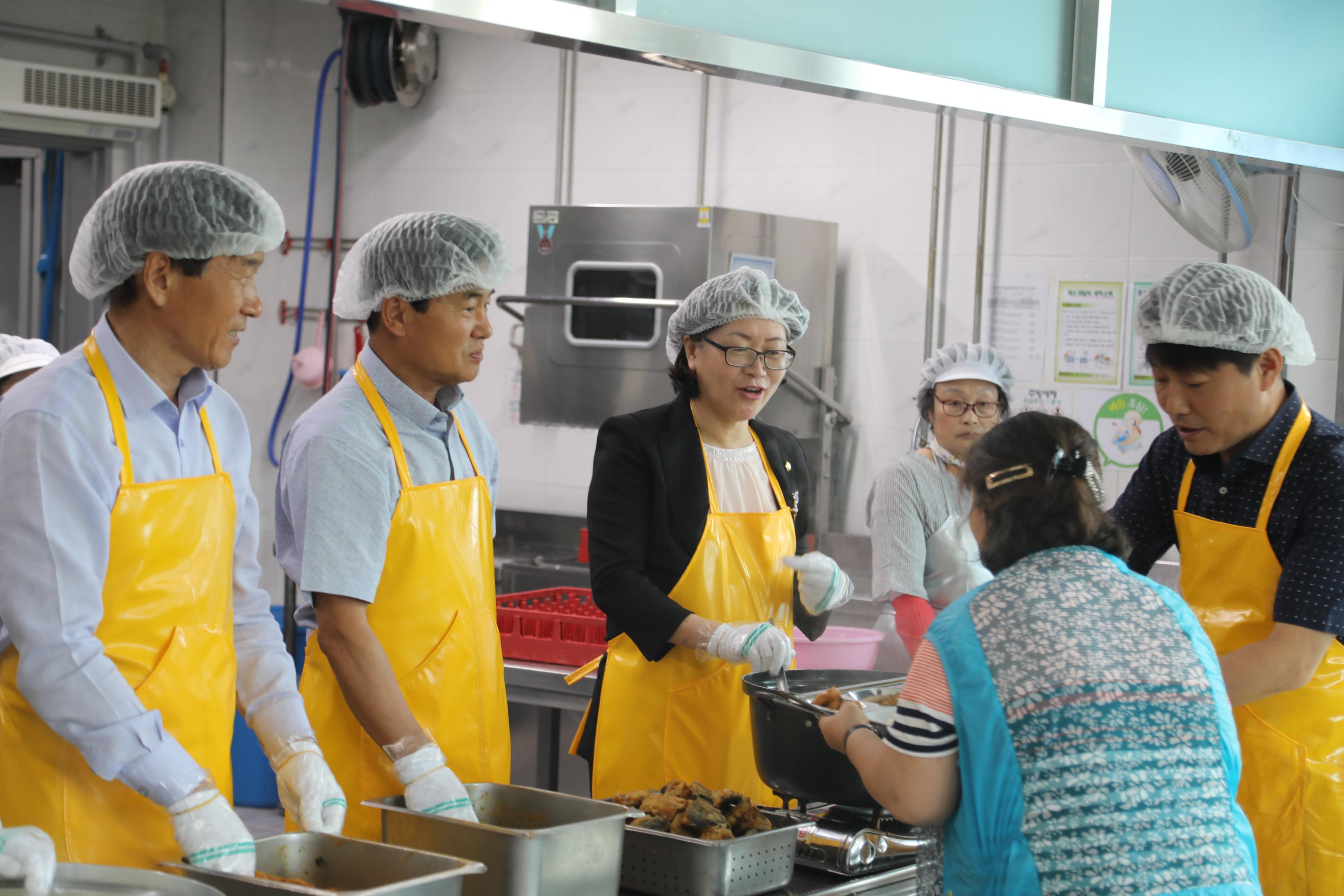 증평군의회, 개원 1주년 맞이 급식봉사 [이미지]